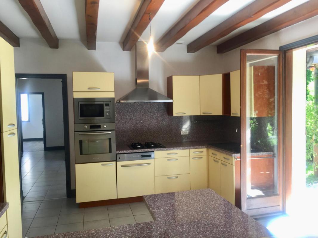 cuisine aménagée et équipée ouverte sur séjour et terrasse